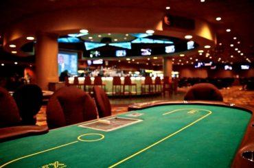Какое количество игроков может принимать участие при игре в покер