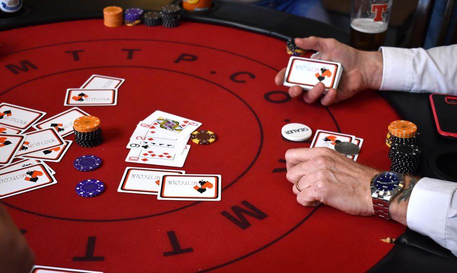 официальный сайт человек раздающий карты в казино